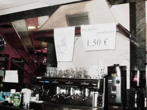 """Cartel """"Cafés Pendientes"""" y cartel """"Bocadillo Pendiente""""    Foto: D.M."""