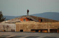 O estado de abandono dunha fábrica pegada a unha urbanización en Teo (A Coruña)