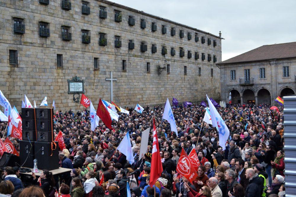 A manifestación en favor da Sanidade este domingo abarrotou a Praza da Quintana